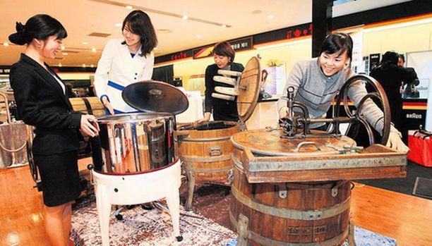 PYYKKÄYSTÄ Osattiin sitä ennenkin, nimittäin valmistaa pesukoneita. Etelä-Koreassa ihmeteltiin eilen, miten pyykkiä pestiin sata vuotta sitten.