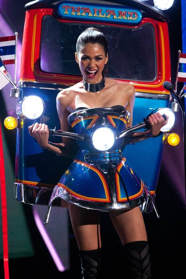 Miss Thaimaa sonnustautui Tuktuk-kulkupeliksi.