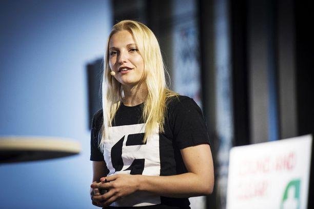Slushin toimitusjohtaja Marianne Vikkula kertoo, että Slushissa puhutaan tänä vuonna siitä, miten yrittäjyyden kautta voidaan ratkoa maailman isoimpia ongelmia ilmastoon, terveyteen ja koulutukseen liittyen.