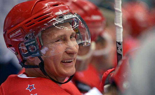 Vladimir Putin vaikuttaisi olevan halutessaan myös kelpo jääkiekkoilija.