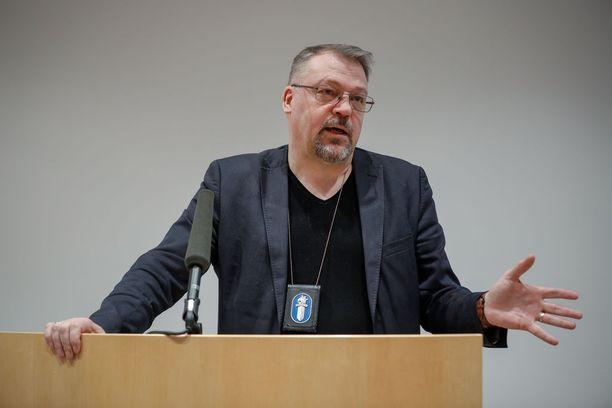 """Rikostorjuntayksikön päällikkö Ilkka Laasanen tyrmää Tesoman surman tutkinnanjohtaja Jari Kinnusen epäiltyä koskevan lausunnon. Kinnunen muun muassa sanoi, """"että tällainen ihminen ei oikein kuuluisi vankilaan. Keskustellessa hän oli äärimmäisen kohtelias ja ystävällinen""""."""