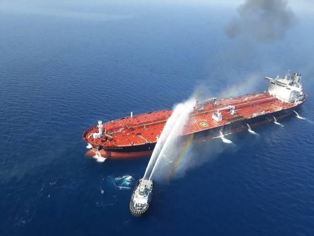 Iranin laivaston alus sammutti tulipaloa norjalaisalus Front Altairilla torstaina.