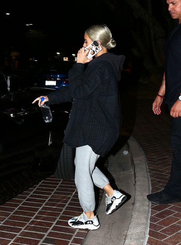Kim Kardashian käyttää tietysti miehensä Kanye Westin suunnittelemia Yeezy-lenkkareita.