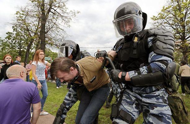 Poliisi pidätti useita mielenosoittajia Kremliin johtavalla Tverskaya-kadulla maanantaina.