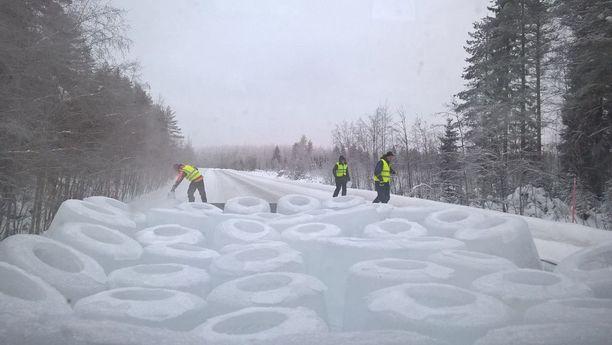 Naapurustolla on käytössään lava-auto ja peräkärry, joilla jäälyhdyt kuljetetaan tielle.