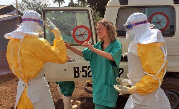 Lääkärit ilman rajoja -järjestön työntekijät ovat aloittaneet eristämään ja hoitamaan Ebolan tartunta-alueiden ihmisiä Länsi-Afrikan Guineassa.