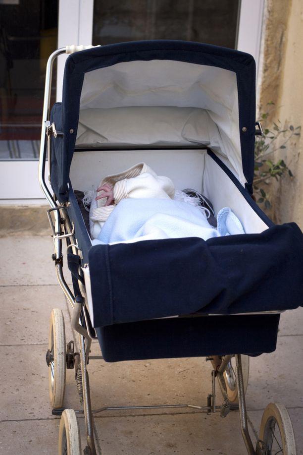 Nainen sieppasi kadulla vaunuissa olleen vauvan ja pakeni paikalta. Kuvituskuva.