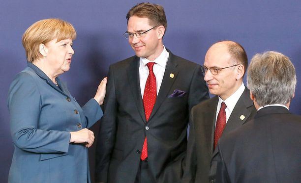 """Financial Times arvioi, että pääministeri Jyrki Katainen voisi saada """"Saksan läheisenä liittolaisena"""" taustatukea valinnalleen Berliinistä. Pari viikkoa vanhassa kuvassa Saksan liittokansleri Angela Merkel koskettaa äidillisesti Kataista."""