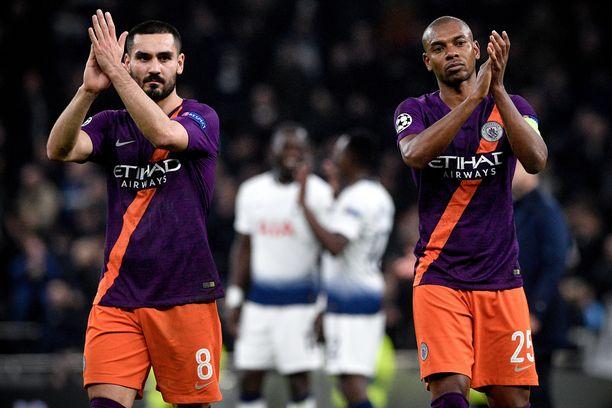 Manchester Cityn Ilkay Gûndogan (vas) ja Fernandinho kiittivät Manchester City -faneja avausosan jälkeen.
