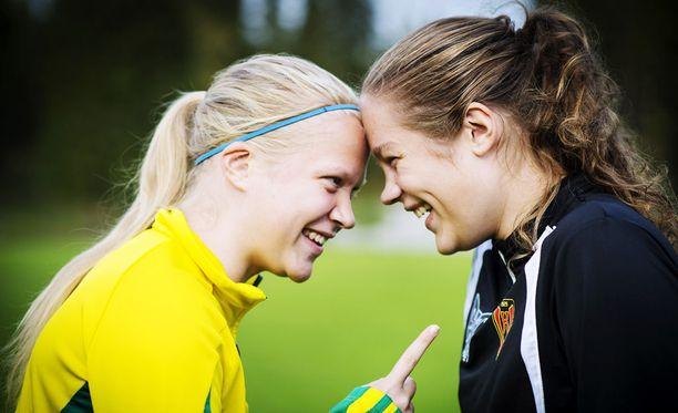Veera (vas.) ja Oona Kauppi ovat pelanneet sekä salibandya että jalkapalloa pääsarjatasolla Suomessa.