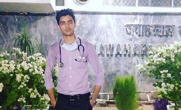 """Adnan Khurram julkaisi itsestään lukuisia kuvia """"lääkärinä""""."""