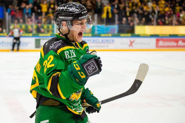 Arttu Ruotsalainen tuuletti 3-2-maaliaan.