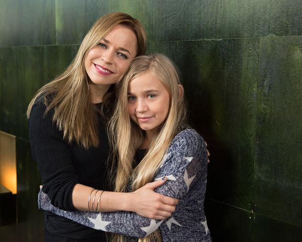 Näyttelijän työ on tuttua 12-vuotiaalle Linnea Skogille, sillä sekä hänen isänsä että ukkinsa ovat näyttelijöitä. Se on tytön omakin toiveammatti. Aikaa riittää näyttelemisen lisäksi myös bändikoululle. Linneassa ja äitiä esittävässä Paula Vesalassa on paljon samaa myös ulkoisesti.