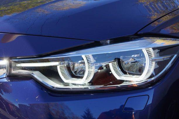 Näkemiin pyöreys; päivävaloledirimpsut ovat nyt aavistuksen kulmikkaat. Varsinaiset ajovalot on myös toteutettu LED-tekniikalla.