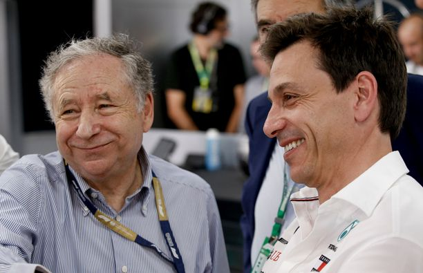 Mersu-pomo Toto Wolff haluaisi varmasti puristaa totuuden ulos FIA-puheenjohtaja Jean Todtista (vas.):
