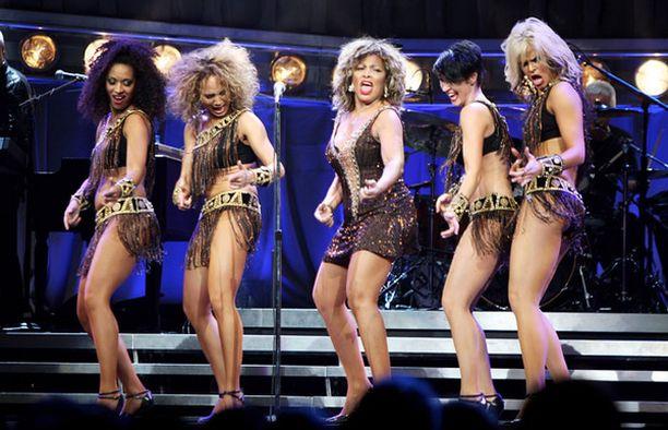 Uudelta lavashow'lta luvataan hittejä hitin perään. Lavashow'ssakaan ei ole säästelty.