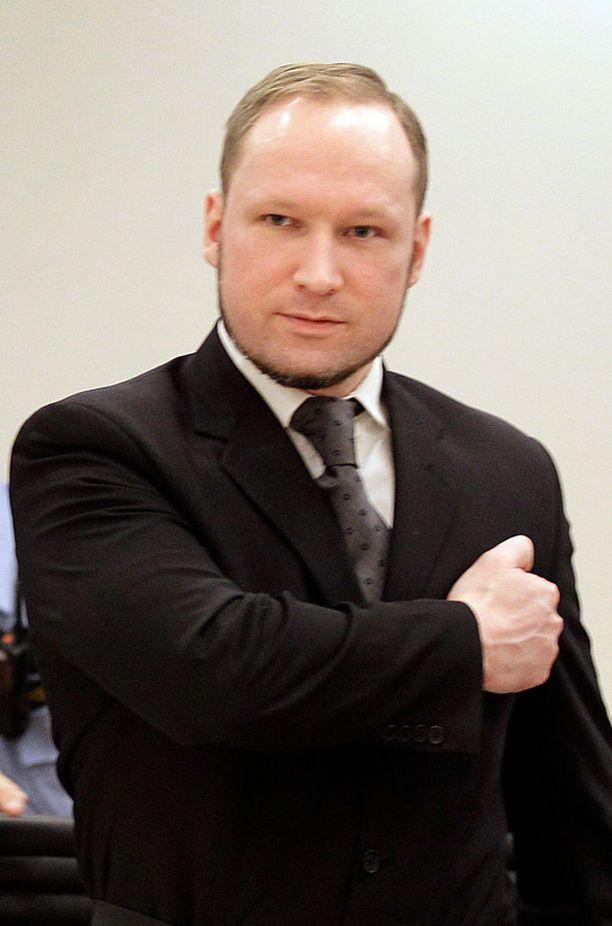 Käsirautojen avauduttua Breivik nosti oikean kätensä tuttuun tervehdykseen.