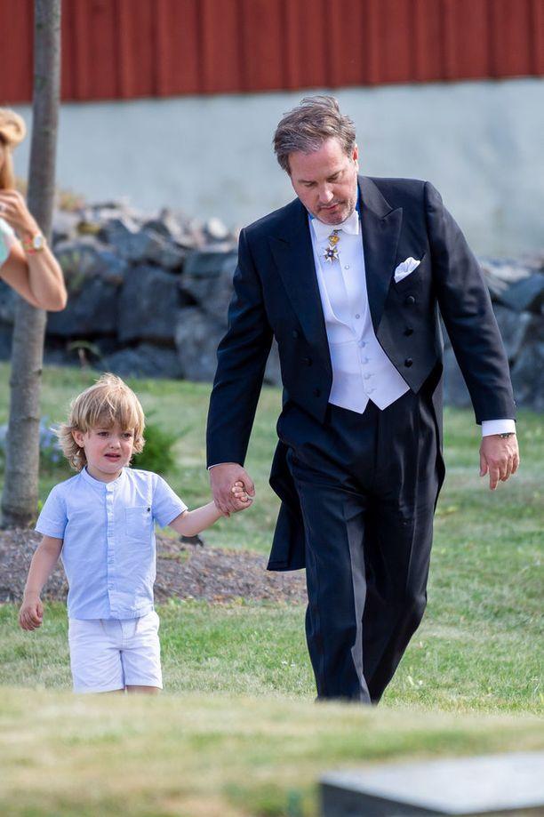 Prinssi Nicolas ei vaikuttanut järin innostuneelta häävieraalta.