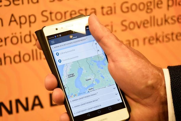 Esendin Tero Majuri esittelee mobiilisovelluksen käyttöliittymää.