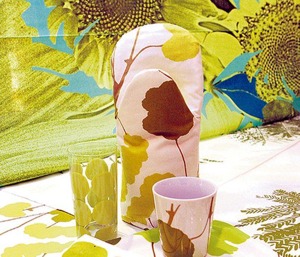 """VIHREÄÄ Vihreä on Marimekon uutuusväri tänä keväänä. Takana Teresa Moorehousen Onnenapilaa, Tuula Kaakisen Guadaa ja Erja Hirven Poimulehteä. Tarjotin, muki ja pannukinnas löytyvät Poimulehdestä. <em class=""""puolilihava"""">Marimekko</em>"""