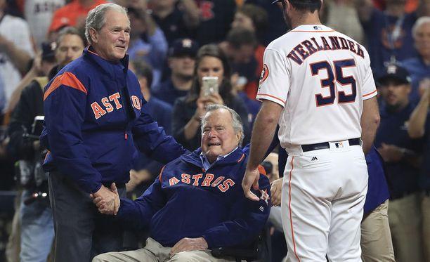 Entiset presidentit George W. Bush (vas.) ja George H. W. Bush osallistuivat viime viikolla baseball-otteluun Texasissa.