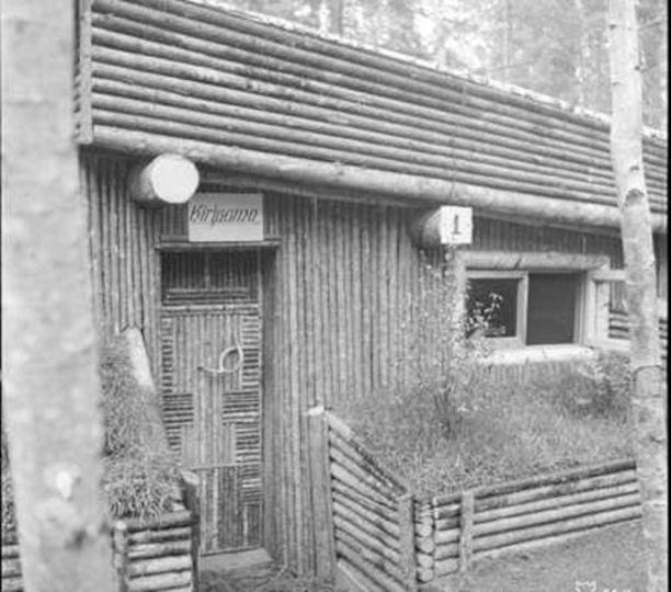Kahdeksannen divisioonan esikunnan kirjaamon ylellinen korsu Kuuttilahdella.