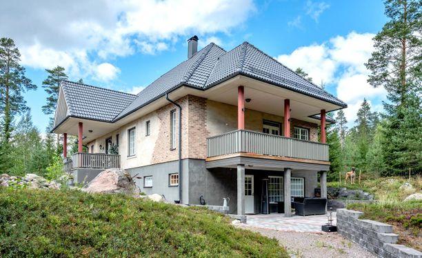 Näyttävä talo sijaitsee luonnon helmassa Mäntsälässä.
