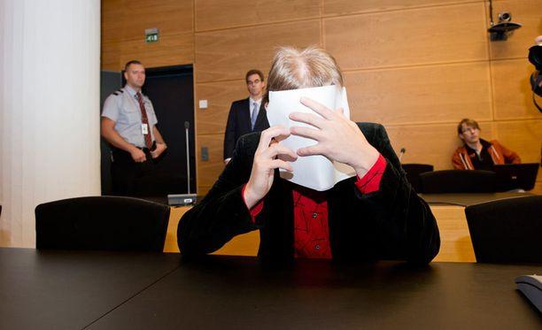 Eerikan isä peitti kasvonsa oikeudessa.