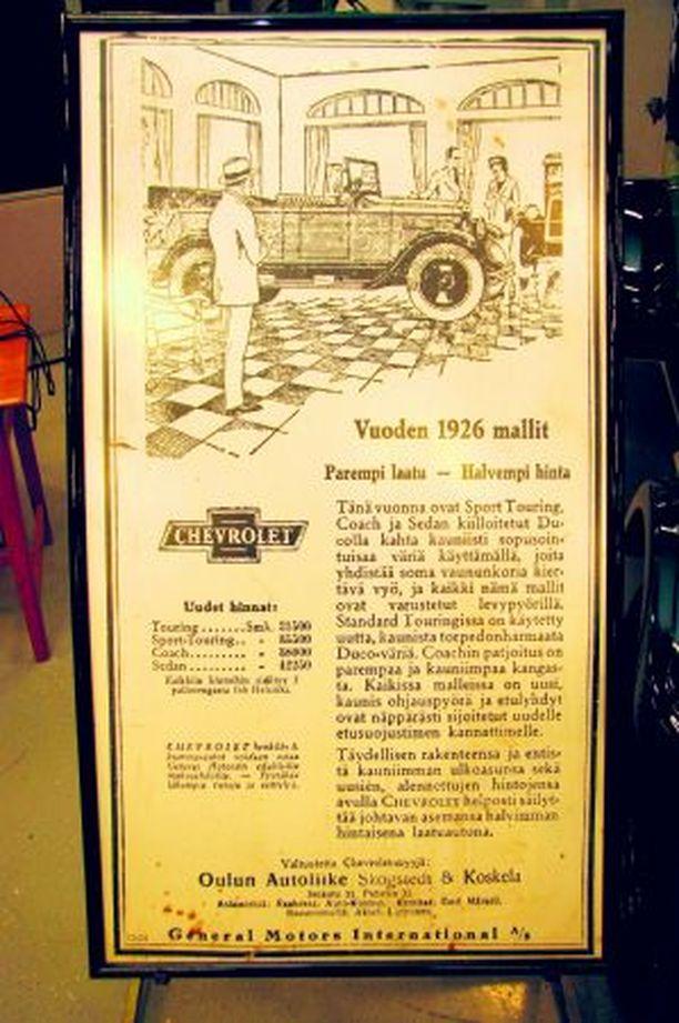 AutoÅströmin Oulun liikkeessä on esillä sekä perustamisvuoden 1926 Chevrolet kuin sitä koskeva iso Kaleva-lehdessä ollut ilmoituskin.
