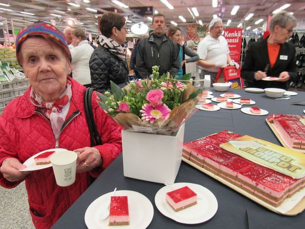 Elli Välimäki löysi tiensä kakkukahveille perjantaina aamupäivällä.