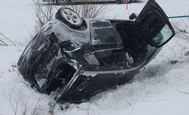 Pelastushenkilökunta auttoi katolleen lentäneen taksin matkustajan jatkohoitoon.