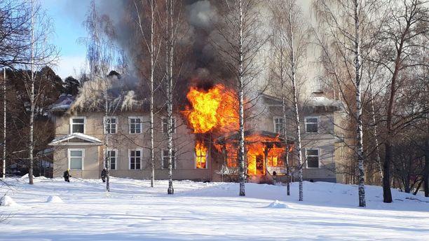 Hotellina toiminut rakennus tuhoutui palossa täysin.