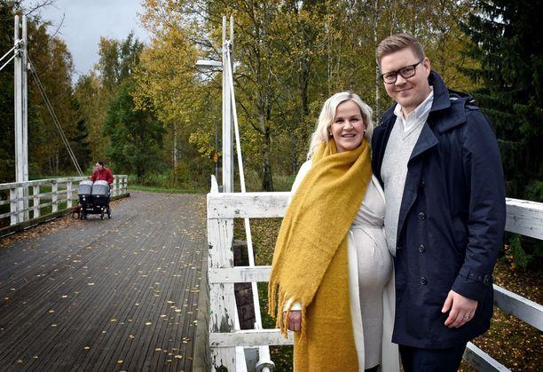 SDP:n kansanedustaja Antti Lindtman, 35, ja vaimonsa Kaija Stormbom, 54, ehtivät jo haudata toiveensa yhteisestä lapsesta. Kymmenen vuoden lapsettomuuden ja keskenmenon jälkeen Kaija on nyt raskaana.