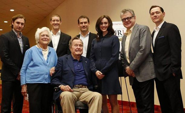Bush osallistui vaimoineen historiallisen televisiosarjan ennakkonäytökseen, kun hän näyttelijän mukaan kouri häntä takapuolesta.