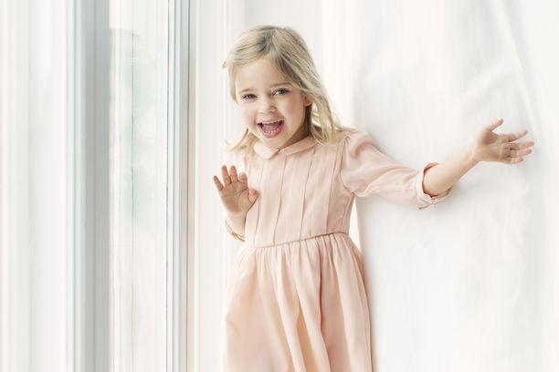 Ruotsin hovi julkaisi prinsessa Leonoren 4-vuotissyntymäpäivien kunniaksi näin iloisen kuvan päivänsankarista.