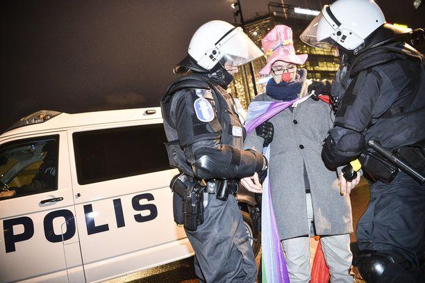 Klovniksi pukeutunut yksinäinen vastamielenosoittaja otettiin kiinni Kansalaistorilla uusnatsimarssin lähtiessä. Mies heilutteli pride-lippua ja oli ajautua konfliktiin uusnatsien kanssa.