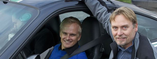 Kalpea toimittaja on juuri noussut pois Heikki Kovalaisen ohjaaman Porschen kyydistä.