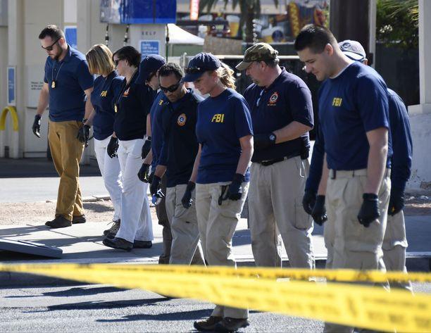 Rikospaikkatutkijat haravoivat katuja etsiessään todisteita Las Vegasissa viikko sitten.