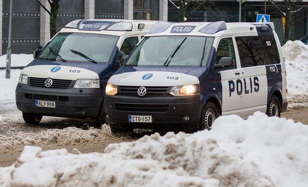 Suomen poliisi suhtautuu maahanmuuttoon varautuneesti ja äänestää useimmiten oikeistopuoluetta tai perussuomalaisia. Lännen Median kyselyn heikkous tosin on se, että vain kolmannes poliisivirkamiehistä vastasi siihen.