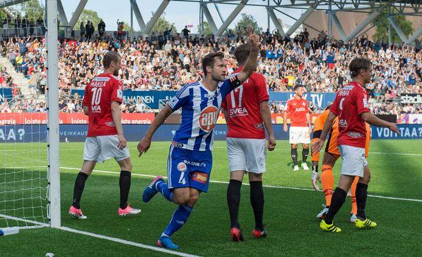HJK:n Hannu Patronen juhlii voittomaaliaan.