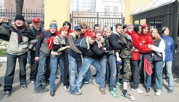 Moskovalaiset mielenosoittajat yrittivät estää Viron suurlähettilään poistumista paikallisesta lehtitalosta eilen iltapäivällä.