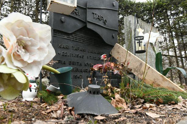 Kari Tapion hautakivi on Kimmo Pyykön tekemä.