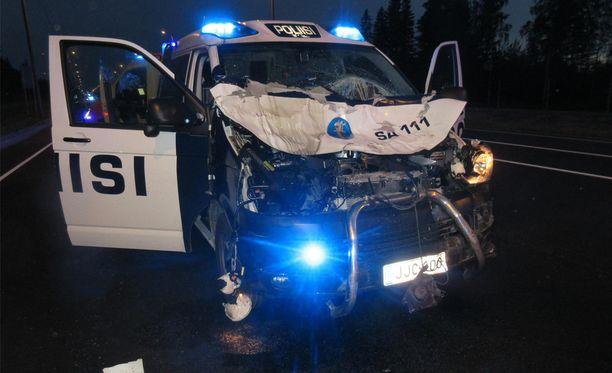 Poliisi kehottaa katsomaan onnettomuuspaikalta otettuja valokuvia ja pysähtymään miettimään, mitkä olisivat seuraukset, jos kyseiseen kolariin joutuisi vaikkapa omalla henkilöautolla.