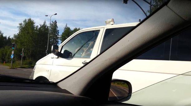 Iltalehteen yhteyttä ottanut mies käräytti kännykkään kesken ajon puhuneen poliisin. Samalla mies tuli käräyttäneeksi itsensä.