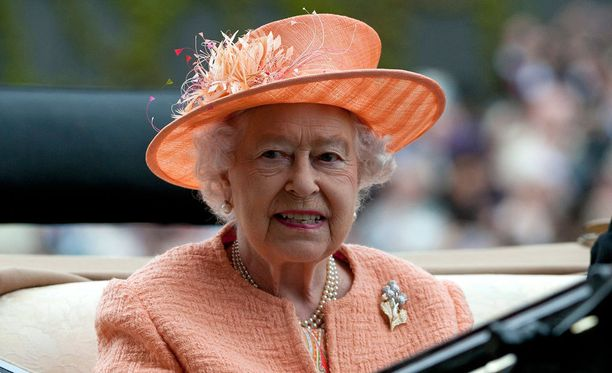 Lauantaina kuningatar Elisabet edusti persikanvärisessä asussa.