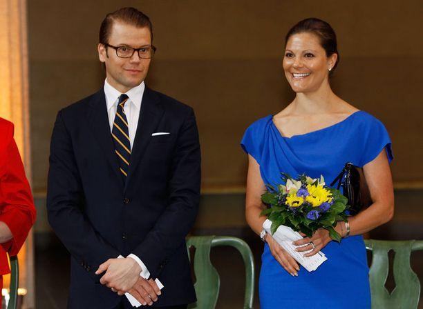 Victoria oli valinnut kansallispäivän asukseen Ruotsin lipun sinestä muistuttavan mekon.