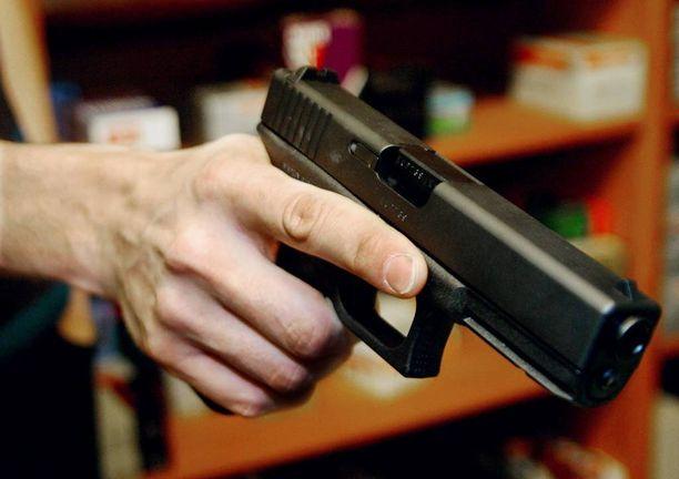 Käsiasetta oppitunnilla esitelleestä opettajasta tehtiin rikosilmoitus poliisille. Kuvan ase ei liity tapaukseen.