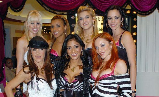 Pussycat Dollsin jäsenet tukevat Kaya Jonesia.