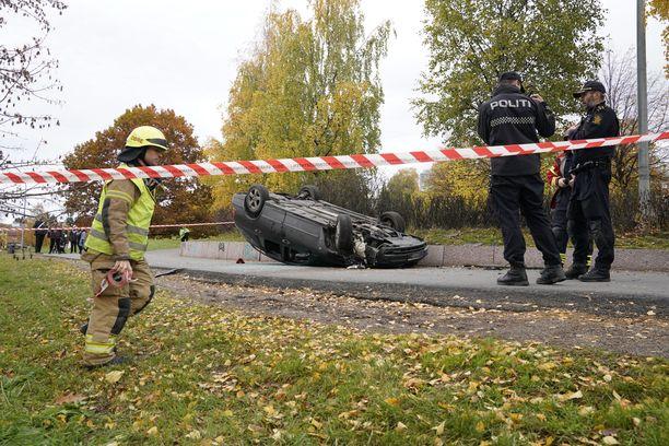 Hyökkääjän epäillään saapuneen paikalle toisella autolla, joka törmäsi ja kääntyi katolleen.