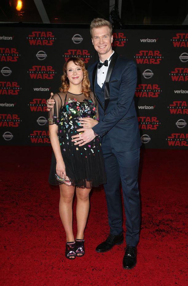 Helsinkiläisnäyttelijä on tulossa isäksi helmikuussa. Kuvassa tuleva isä poseeraa onnellisena kihlattunsa Milla Pohjasvaaran kanssa Star Wars: The Last Jedin ensi-illassa Los Angelesissa.
